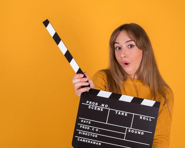 Mujer con una claqueta de cine, concepto de cine