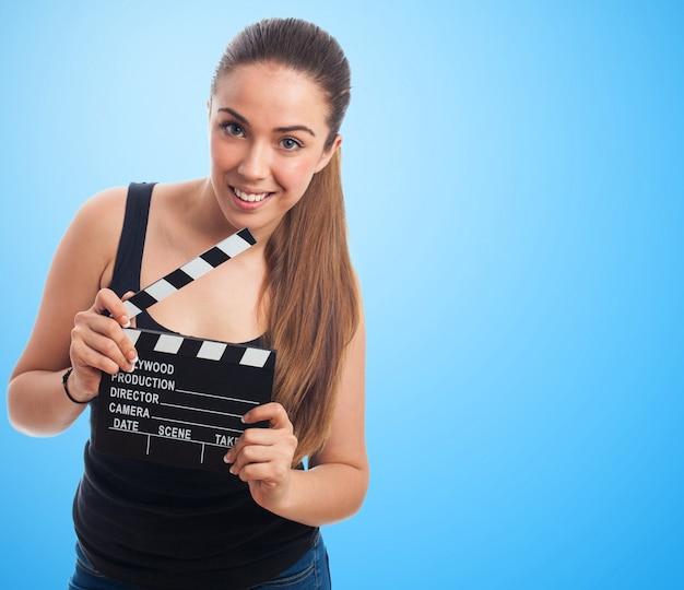 Mujer con una claqueta de cine