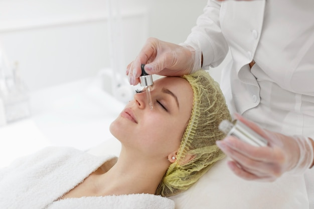 Mujer en la clínica de belleza para tratamiento facial