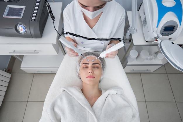 Mujer en la clínica de belleza