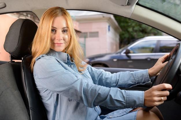 Mujer en coche con cojín de asiento de masaje