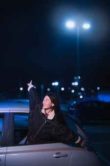 Mujer en coche de noche