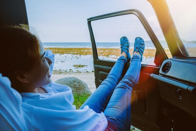 Mujer en el coche por viaje.