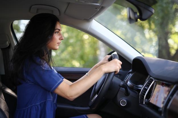 Mujer en un coche
