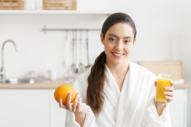 Mujer en la cocina con frutas y otros alimentos, estilo de vida saludable, mujer sola en casa. tiro del estudio.