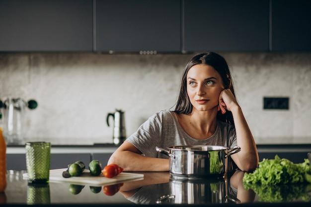 Mujer cocinando el almuerzo en casa