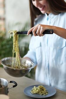 Mujer cocinando en la cocina