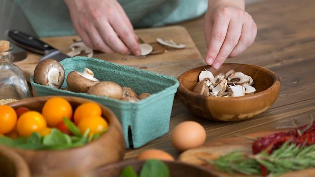 Mujer cocinando comida sana en la cocina