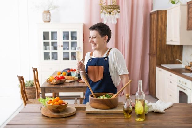Mujer cocinando comida sana