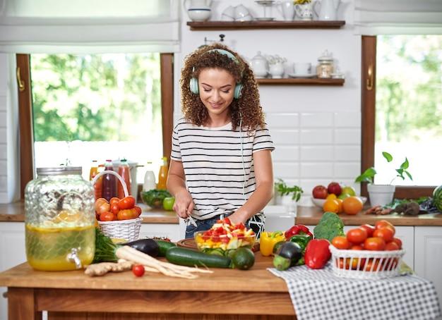 Mujer cocinando y escuchando música