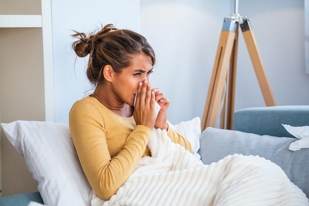 Mujer cogió resfriado y gripe estornudando en el tejido.