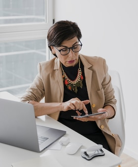 Mujer con collar tocando una tableta