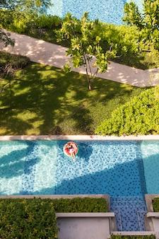 Mujer, colocar, en, globo, en, piscina