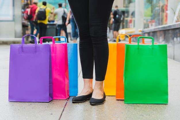 Mujer con coloridos bolsos de compras en la pasarela