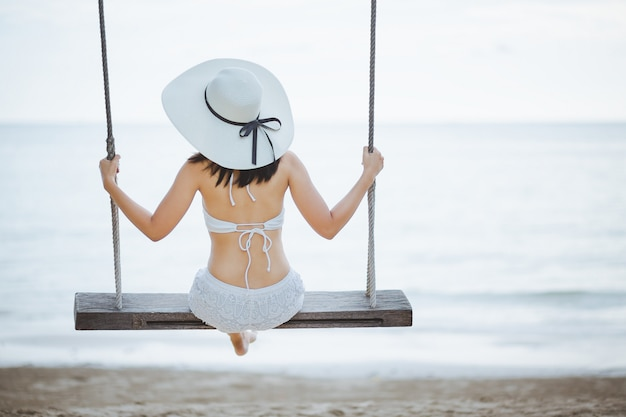 Mujer, en, columpio, en, playa