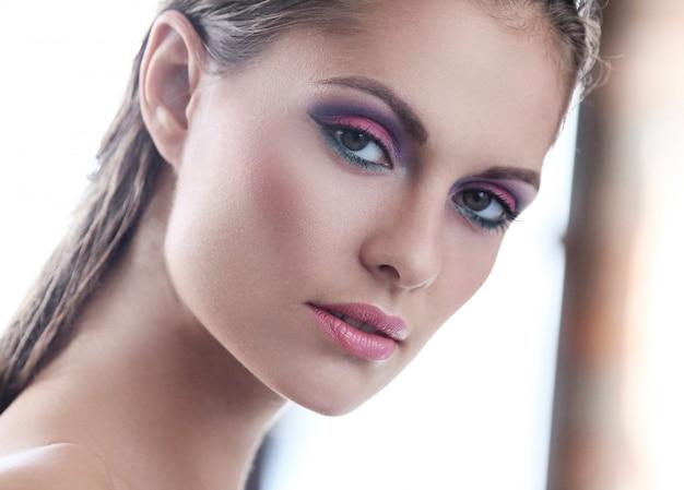 Mujer en comercial de maquillaje natural con sombra de ojos rosa