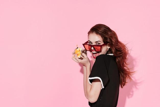 Mujer comiendo pastel, estilo, moda, vintage