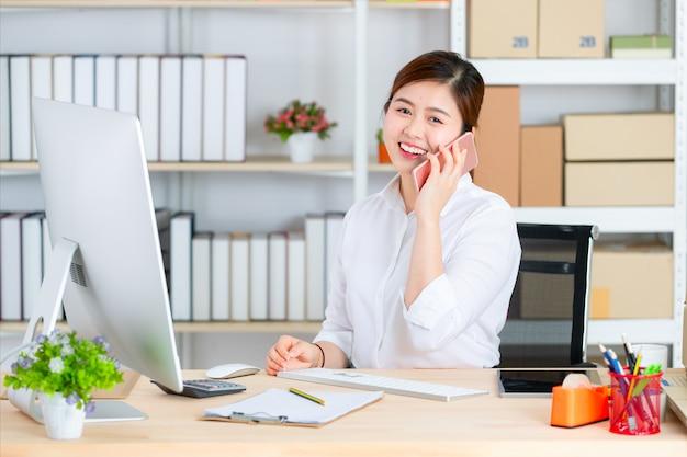 La mujer comienza a trabajar en el negocio de base.