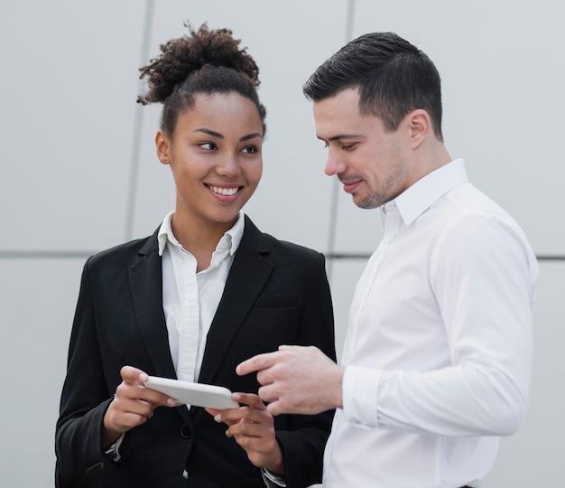 Mujer compartiendo idea con compañero de trabajo