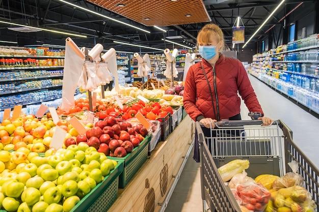 Mujer compra comestibles en el supermercado