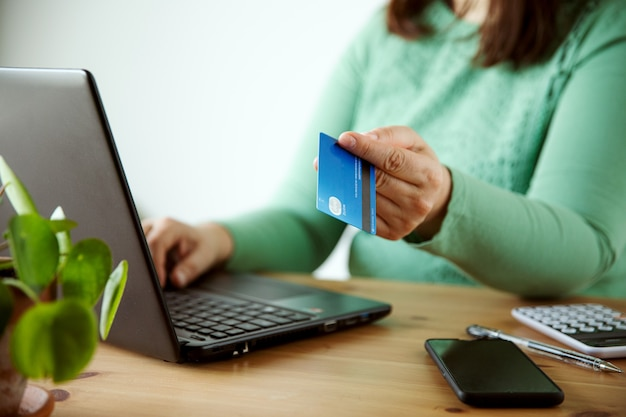 Mujer compra concepto de comercio electrónico tienda online