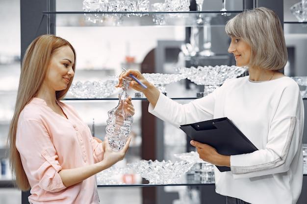 Mujer compra platos en la tienda