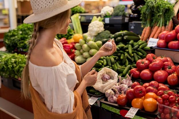 Mujer comprando ajo en el mercado