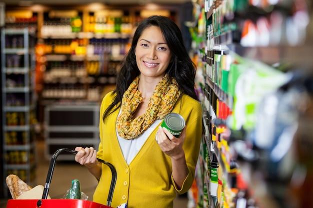 Mujer comprando comestibles