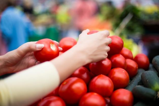 Mujer comprando verduras en el mercado