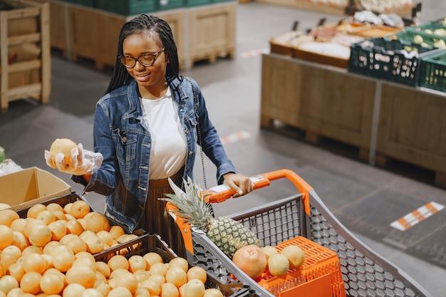 Mujer comprando verduras en el supermercado