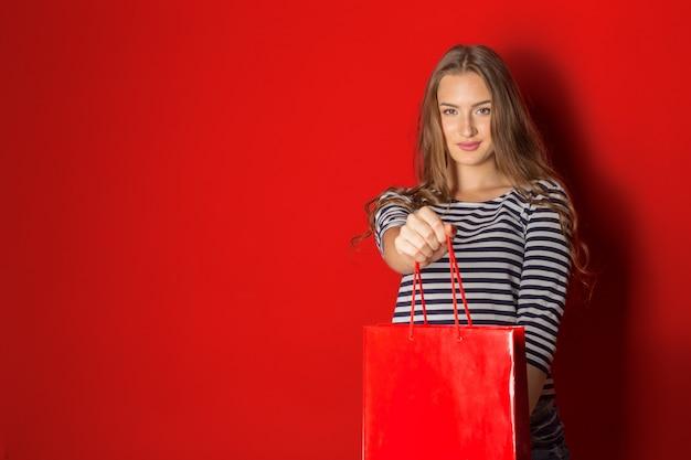 Mujer de compras con bolsa de compras