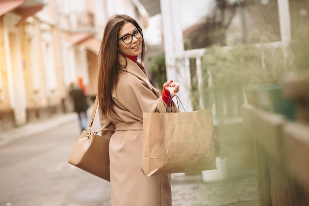 Mujer de compras fuera