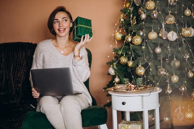 Mujer de compras en línea en rebajas de navidad