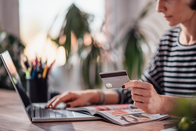 Mujer de compras en línea y con tarjeta de crédito