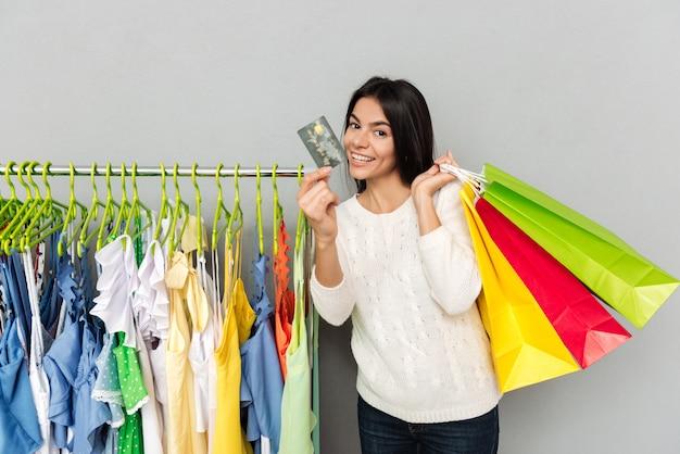 Mujer de compras con tarjeta de crédito