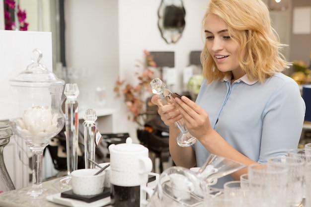 Mujer de compras en la tienda de artículos para el hogar