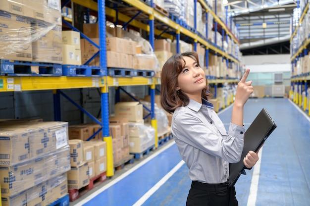 Mujer comprobando y contando los productos en el estante en el gran almacén y almacenamiento