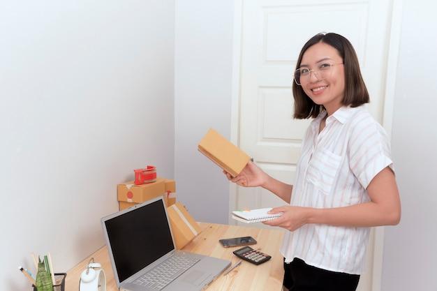 Mujer comprobando el pedido de compras en línea