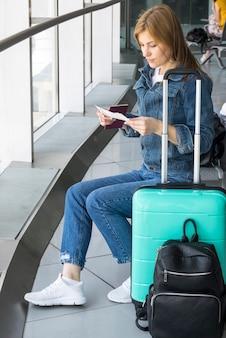 Mujer comprobando su boleto de avión