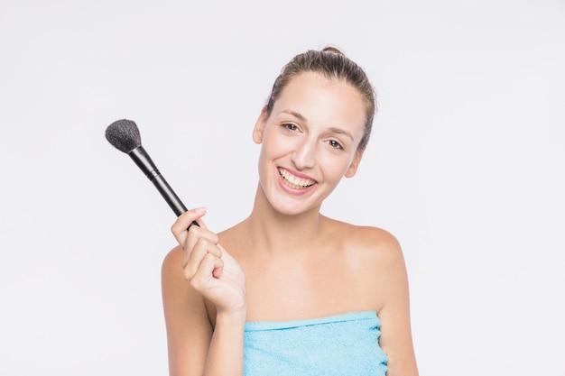 Mujer con cepillo de polvo en toalla