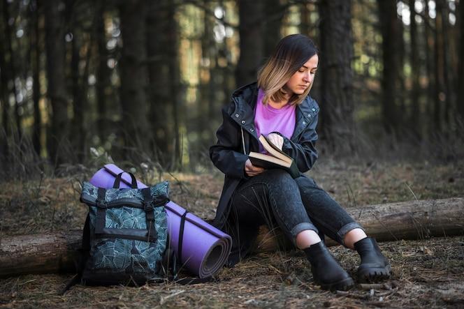 Mujer con libro en el bosque