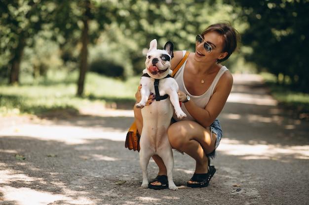 Mujer con su mascota bulldog francés