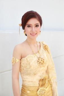 Mujer con vestido tailandés