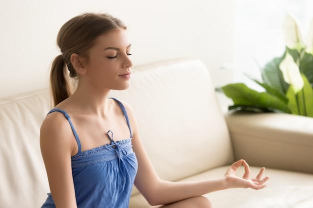 La mujer se concentra en pensamientos positivos en la mañana.