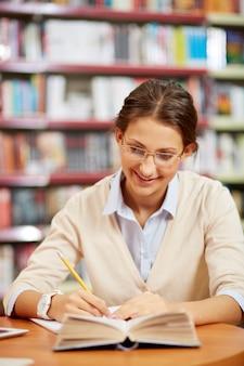 Mujer concentrada en su redacción