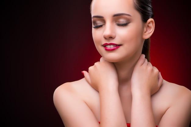 Mujer en concepto de belleza con lápiz labial rojo