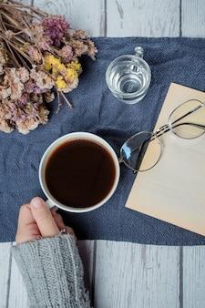 Mujer de concepto del día internacional del café que sostiene la taza de café