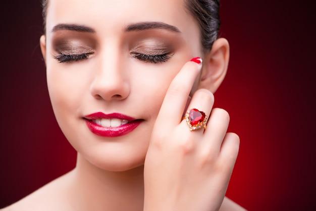 Mujer en concepto de glamour con joyas