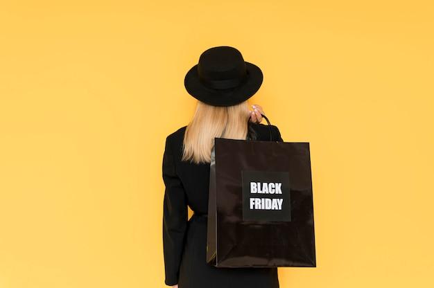 Mujer de concepto de venta de viernes negro desde detrás de tiro