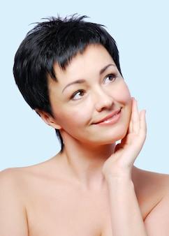 Mujer con condición saludable de piel sobre un fondo azul.